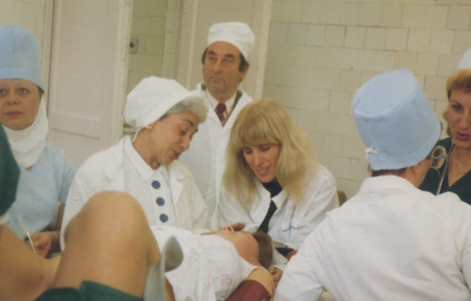 Merle Hoffman at Hospital 15 in Moscow demonstrates American procedures